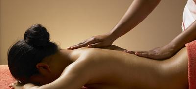 Rückenmassage zur behandlung von Kreuzbeschwerden